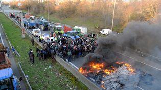 Des agriculteurs organisent un blocage sur la rocade de Toulouse, mercredi 7 février. (MAXPPP)