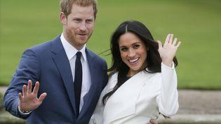Le prince Harry et Meghan Markle posent pour les photographes le 27 novembre 2017, dans les jardins de Kensington Palace, à Londres, lors de l'annonce de leurs fiançailles. (DANIEL LEAL-OLIVAS / AFP)