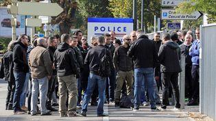 Des policiers manifestent, le 11 octobre 2016, devant le commissariat de Mulhouse (Haut-Rhin), en soutien à leurs collègues attaqués à Viry-Châtillon. (MAXPPP)