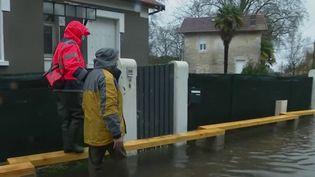 Inondations en Charente-Maritime : en plein cauchemar, Saintes multiplie les évacuations (France 2)