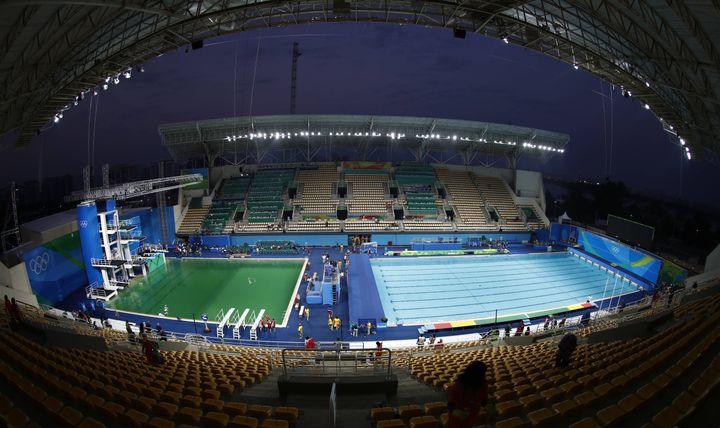 La piscine verte du plongeoir olympique