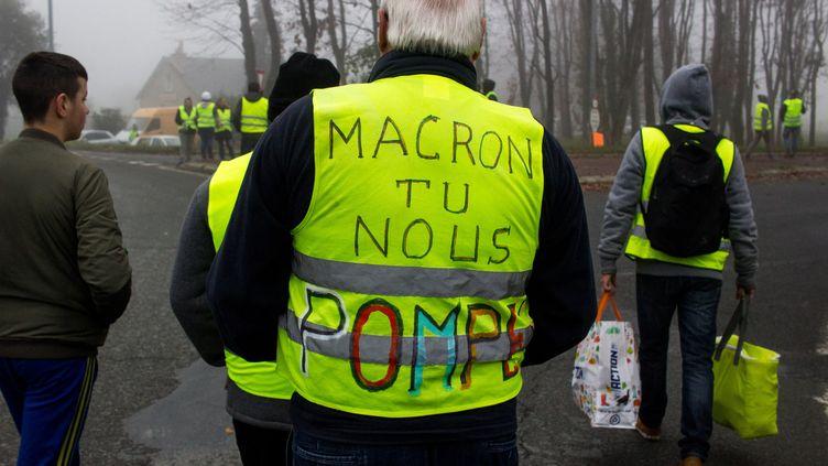 """Emmanuel Macron n'a pas renoncé à augmenter les taxes sur le prix des carburants, mais il annoncé la mise en place d'un mécanisme pour suspendre cete hausse lors des pics de prix à la pompe. Pas de quoi satisfaire ce """"gilet jaune"""" de Dinan (Côtes-d'Armor), le 17 novembre 2018. (MARTIN BERTRAND / HANS LUCAS / AFP)"""