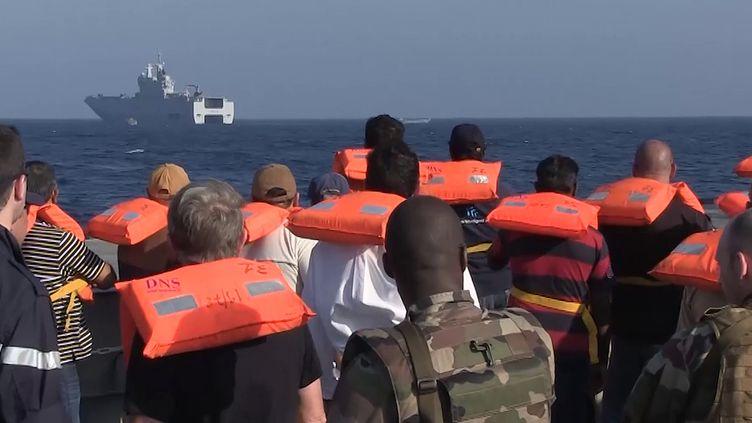 Les 44 ressortissants ont été évacués dans un engin amphibie de débarquement du bâtiment de projection et de commandement Dixmude (en arrière plan). (HO / ECPAD/MINISTÈRE DE LA DÉFENSE / AFP)