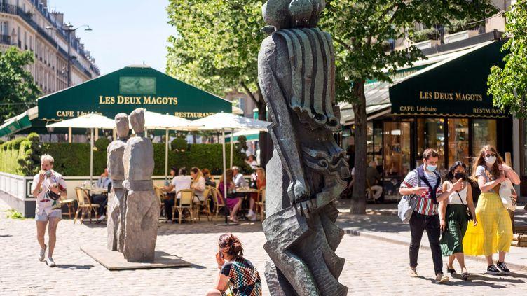 Des Parisiens lors de la 20e édition du Parcours Saint -Germain, une exposition dansles rues du Quartier Latin. (illustration) (1er juin 2021). (BRUNO LEVESQUE / MAXPPP)