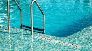 Il existe un large de choix de produits pour entretenir sa piscine. Parmi les désinfectants, le chlore reste le plus connu, mais pas le plus écologique (image d'illustration) (CLAUDIO BRUNI / EYEEM / GETTY IMAGES)