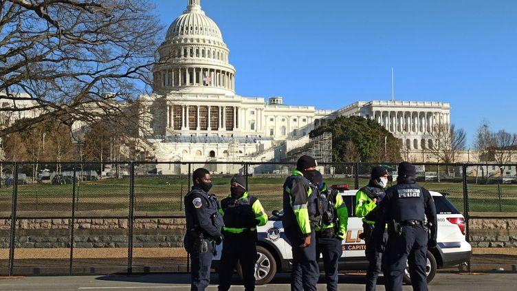 Des policiers devant le Capitole à Washington (Etats-Unis), le 8 janvier 2021. (STRINGER / SPUTNIK / AFP)