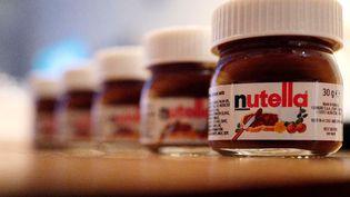 Des pots de Nutella miniatures, dans un restaurant, en Allemagne. (KAI PFAFFENBACH / REUTERS)
