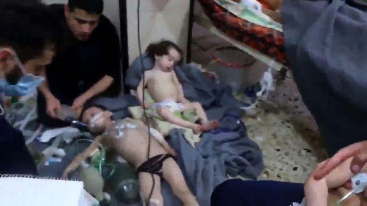 Capture d'écran d'une vidéo publiée par dessecours de Douma, le 8 avril 2018après l'attaque chimique présumée survenue dans cette zone de la Ghouta orientale (Syrie). (SYRIA CIVIL DEFENCE / AFP)