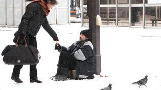 Sans-abri dans la rue en hiver (illustration). (DELPHINE GOLDSZTEJN / MAXPPP)