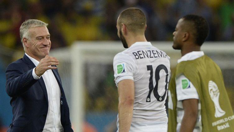 Deschamps salue Benzema à la fin du match (FRANCK FIFE / AFP)