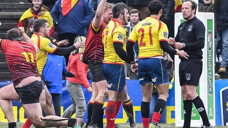 Les joueurs espagnols (en jaune) protestent auprès de l'arbitre roumain (LAURIE DIEFFEMBACQ / BELGA)