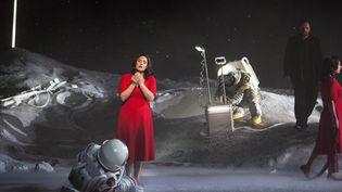 """""""La Bohème"""" de Puccini à l'Opéra Bastille. Ici Sonya Yoncheva (Mimi) et Atalla Ayan (Rodolfo). La deuxième Mimi est un double.  (Bernd Uhlig / Opéra national de Paris)"""