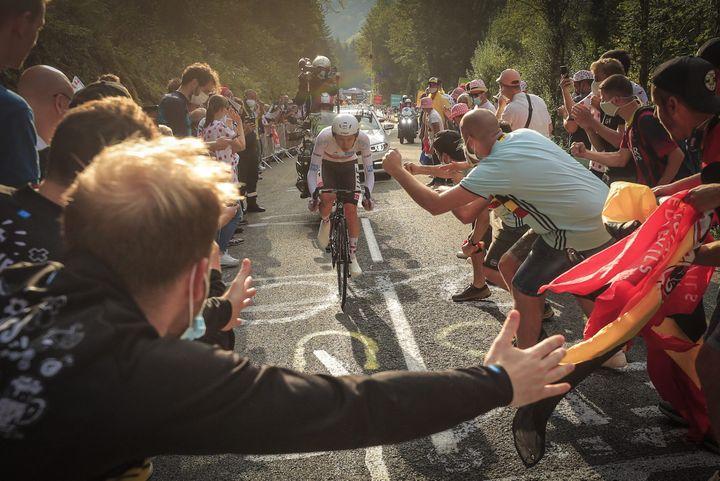 Tadej Pogacar fend la foule dans la Planche des Belles Filles avec au bout son premier Tour de France (CHRISTOPHE PETIT TESSON / MAXPPP)