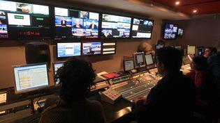 Les journalistes de TV5 monde en régie à Paris le 7 février 2012. (PIERRE VERDY / AFP)