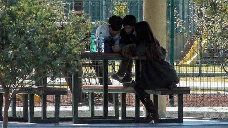 (Maude Versini et deux de ses enfants le 21 décembre 2014 à Mexico © Maxppp)