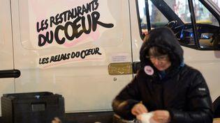Une bénévole des Restos du Cœur, le 26 novembre 2013 à Paris. (PIERRE ANDRIEU / AFP)