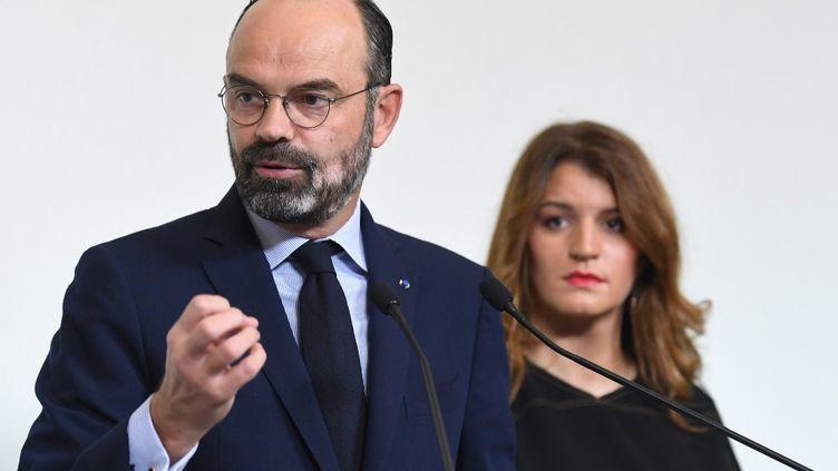 Le Premier ministre Edouard Philippe et la secrétaire d'Etat à l'Egalité entre les femmes et les hommes à l'hôtel Matignon, à Paris, le 25 novembre 2019. (STEPHANE DE SAKUTIN / AFP)