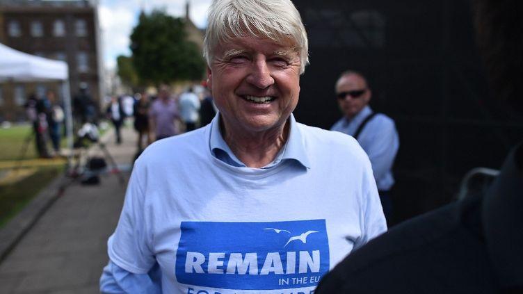"""Stanley Johnsonporte un tee-shirtpour le """"maintien [du Royaume-Uni] dans l'UE pour la nature""""après le votedu Brexit, le 24 juin 2016, à Londres (Royaume-Uni). (BEN STANSALL / AFP)"""