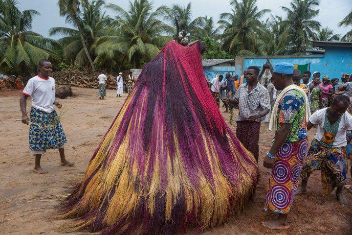 Grand-Popo (Bénin), le 14 mai 2018. Danse de Zangbeto, gardien de la nuit, dans la tradition vaudou (YANICK FOLLY / AFP)
