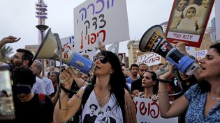 """Des manifestantsréclament la vérité au sujet des """"bébés volés"""" dans les années 50, à Tel Aviv (Israël), le 25 septembre 2017. (GALI TIBBON / AFP)"""