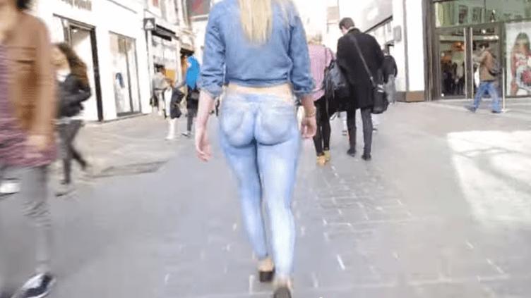 """Une jeune femme se promène avec un """"jean"""" peint en trompe-l'œil, dans les rues de Lille (Nord). (YOUTUBE / FRANCETV INFO)"""