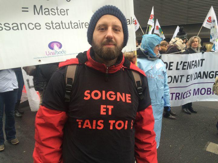 Tony, 34 ans, infirmier libéral, lors de la manifestation du 24 janvier 2017, à Paris. (CATHERINE FOURNIER / FRANCE INFO)