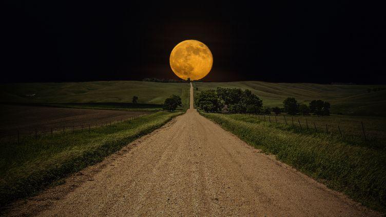 Une lune géante s'est levée, le 12 juillet 2014, comme ici dans un champprès de Lake Oath, dans le Dakota du Sud (Etats-Unis). (AARON J GROEN / SOLENT NEWS / SIPA)