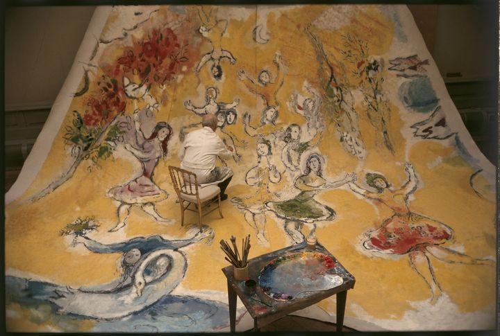 Cliché du photographe Izis de 1964 dans son intégralité. Chagall travaillant sur panneau consacré à Mozart.  (ADAGP Paris 2015 Photo Izis-Manuel Bidermanas)