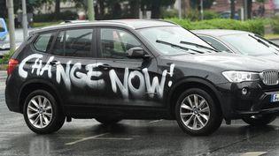 Un SUV taggué par des manifestants écologistes, le 16 juin 2020 à Francfort (Allemagne). (ARNE DEDERT / DPA)