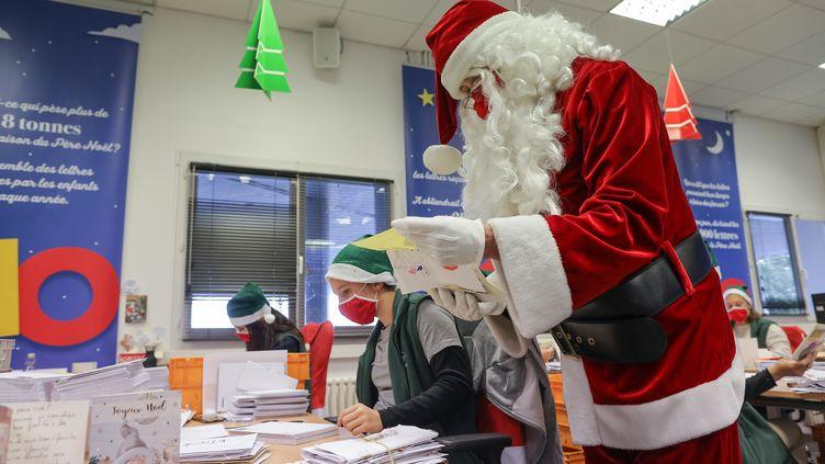 LePère Noël lit des lettres au bureau de poste de Libourne, le 10 décembre 2020. (THIBAUD MORITZ / AFP)