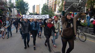 Un rassemblement enhommage à l'étudiant mort après avoir été blessé à la tête par la police anti-émeute, à Bogota (Colombie), le 26 novembre 2019. (JUAN DAVID MORENO GALLEGO / ANADOLU AGENCY / AFP)