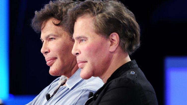 Igor et Grichka Bogdanoff sur le plateau du Grand Journal de Canal +, le 20 octobre 2010 (AFP PHOTO / FRED DUFOUR)
