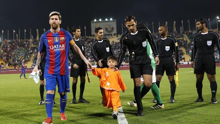 A Doha, le jeune supporter afghan fan de Messi a pu rencontrer son idole (KARIM JAAFAR / AFP)