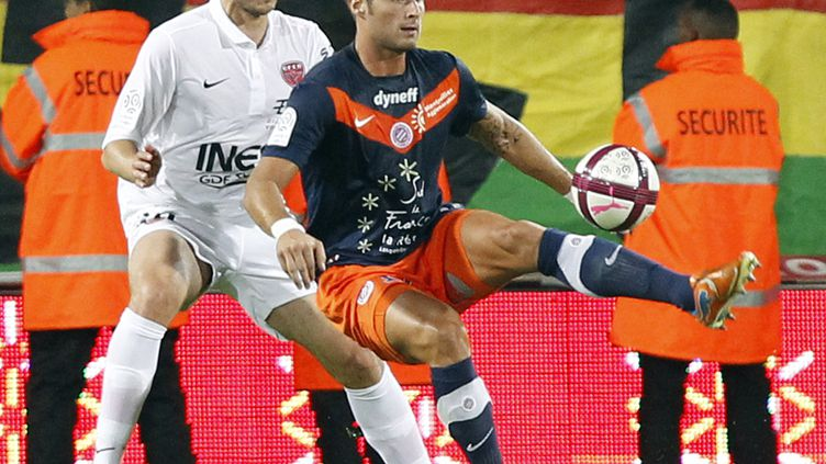 L'attaquant de Montpellier Olivier Giroud (à droite), lors d'un match de Ligue 1 contre Dijon, le 15 octobre 2011. (JEAN-PAUL PELISSIER / REUTERS)