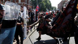Des heurts éclatent entre un groupe de suprémacistes blancs et des militants antiracistes, le 12 août 2017, à Charlottesville, en Virginie. (JOSHUA ROBERTS / REUTERS)