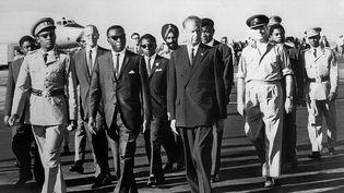 Dag Hammarskjold, secrétaire général de l'ONU (en civil, troisième en partant de la gauchede la photo) le 13 septembre 1961 à Léopoldville (futur Kinshasa), accueilli par le général Mobutu (en uniforme à gauche) et le Premier ministre Cyrille Adoula (Premier ministre du Congo-Léopoldville du 2 août 1961 au 30 juin 1964 au premier rang, deuxième en partant de la gauche). Cinqjours plus tard, le secrétaire général de l'ONU disparaît dans un accident d'avion aux causes toujours mystérieuses. (AFP)