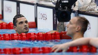 Florent Manaudou (à gauche) et l'Américain Caeleb Dressel aux Jeux olympiques de Tokyo. (ODD ANDERSEN / AFP)