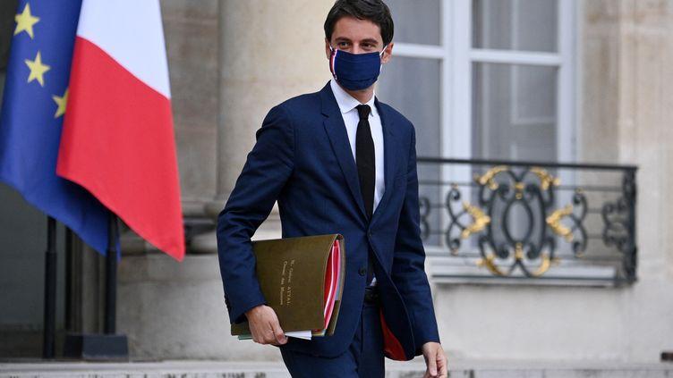 Le porte-parole du gouvernement, Gabriel Attal, quitte le palais de l'Elysée, à Paris, le 5 mai 2021. (ANNE-CHRISTINE POUJOULAT / AFP)