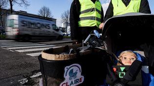 La poussette Claire (Clean Air for Everyone) dans les rues d'Anvers (Belgique), le 25 janvier 2021. (KENZO TRIBOUILLARD / AFP)
