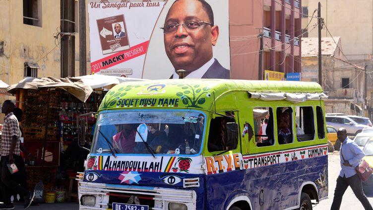 Affiche du président sortant Macky Sall dans une rue de Dakar. Le premier tour de l'élection présidentielle se déroule le dimanche 24 février 2019. (SEYLLOU / AFP)