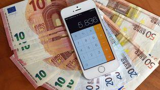 L'application calculette d'un smartphone. (JENS KALAENE / AFP)