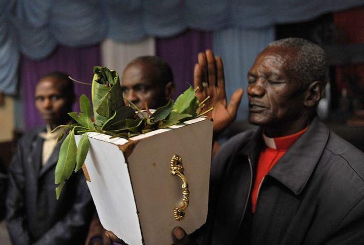 L'évèque Stanley Karuru offre des prières devant une botte de khat à l'église AIPCEA à Igembe (Kenya) pays particulièrement touché par l'interdiction d'exportation de khat au Royaume-Uni en 2014.  (Tony Karumba/AFP)