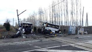 Un TER a percuté un autocar scolaire à un passage à niveau, à Millas (Pyrénées-Orientales), jeudi 14 décembre 2017. (MAXPPP)