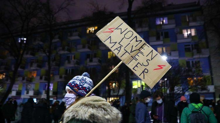 Des manifestants dans les rues de Cracovie, en Pologne, contre l'entrée en vigueur de la quasi interdiction de l'IVG, le 27 janvier 2021. (BEATA ZAWRZEL / NURPHOTO / AFP)