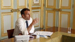 Le président de la République lors d'une vidéo-conférence à l'Elysée le 16 avril 2020. (YOAN VALAT / AFP)
