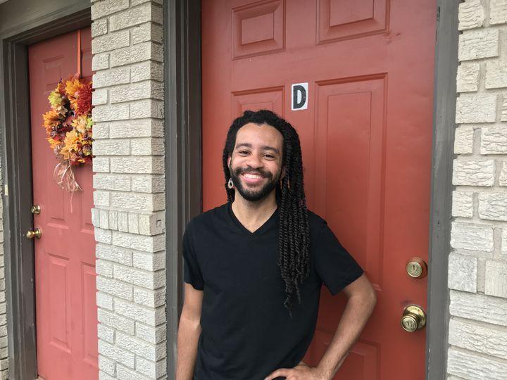 Joseph Coco, devant la porte de sa maison,Filmore Avenue, dans le quartier de Gentilly. (Ludovic Pauchant / Radio France)