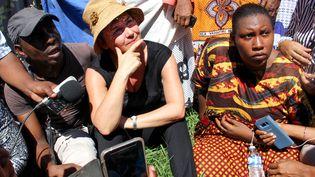 La ministre française de l'Outre-mer, Annick Girardin,avec des manifestants après son arrivée le 12 mars 2018 sur l'île de Petite-Terre dans l'océan Indien, territoire français de Mayotte. (ORNELLA LAMBERTI / AFP)