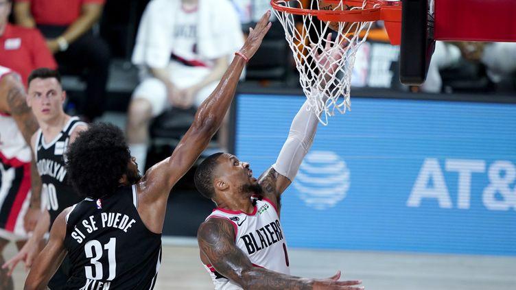 Damian Lillard des Portland Trail Blazers s'élance pour un tir contre Jarrett Allen des Brooklyn Nets, le 13 août 2020, à Lake Buena Vista, Floride. (POOL / GETTY IMAGES NORTH AMERICA)