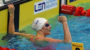 Marie Wattel célèbre son titre de championne d'Europe en 100m papillon, mardi 18 mai, à Budapest. (ATTILA KISBENEDEK / AFP)