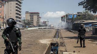 Des policiers guinéens dans les rues de Conakry (Guinée) lors de manifestation contre la réélection d'Alpha Condé, le 23 octobre 2020. (JOHN WESSELS / AFP)
